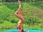 Ex-BBB Renatinha exibe boa forma em posa de ioga de cabeça para baixo