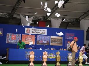 Envelopes com notas das escolas de samba são lançados ao ar durante apuração dos desfiles das escolas de samba de São Paulo (Foto: Raul Zito/G1)