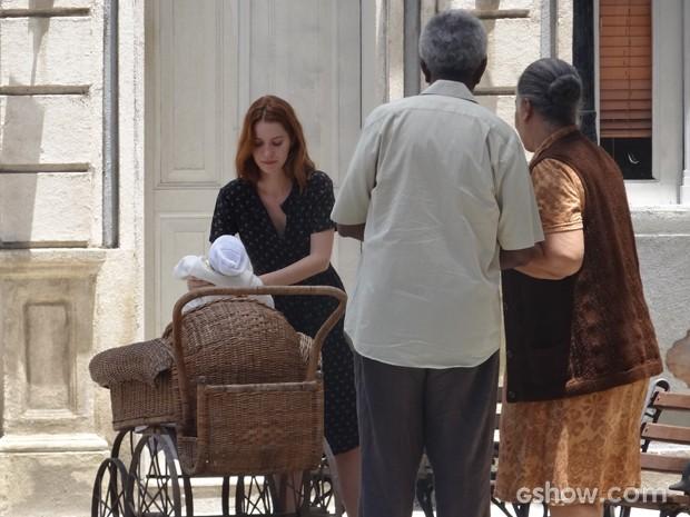 Sílvia e Eufrásio vão ao encontro de Bibiana e Heitor na praça (Foto: Joia Rara/TV Globo)