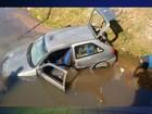 Motorista se perde e cai com carro em córrego em Buri