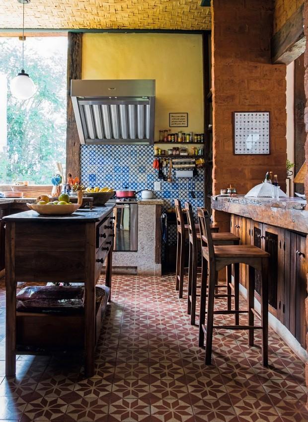 A cozinha é especial, com os ladrilhos reaproveitados (por isso as cores em diferentes tons, um charme!) e o piso avermelhado – bem mineiro (Foto: Lufe Gomes / Editora Globo)