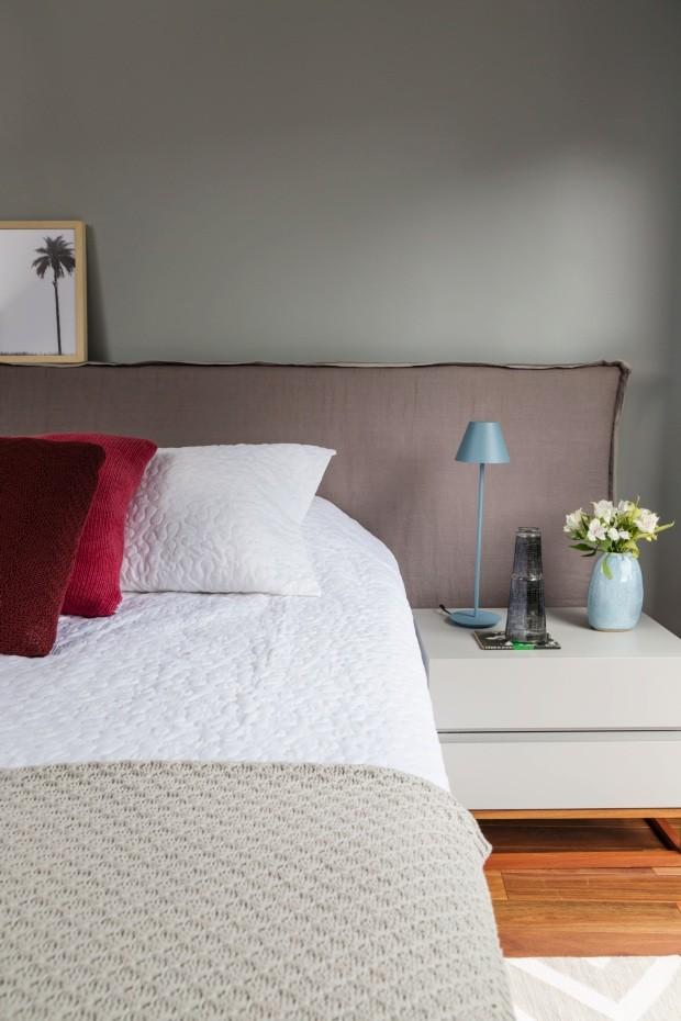 Quarto de casal. A cabeceira tem capa lavável, criada pela Two Design e produzida pela Seguim. Sobre a cama, roupa da Blue Gardenia e almofadas da Codex Home (Foto: Evelyn Müller / Divulgação)