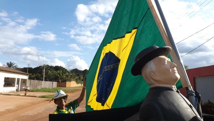 Vaca Braba anda com carro caracterizado em dia de jogo do Brasil  (Foto: Dayanne Saldanha)
