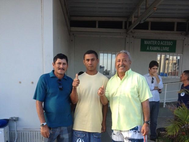 Dois últimos náufragos resgatados (à direita) recebem alta de hospital em Fortaleza; voluntário (à esquerda) levou a dupla até uma delegacia para registrar um boletim de ocorrência (Foto: Jéssica Costa / TV Verdes Mares)