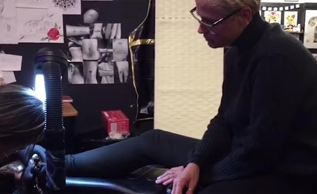 Xuxa tatuando em Nova York (Foto: Reprodução/YouTube)