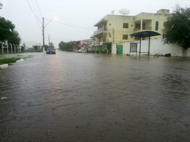 Chuva forte alagou ruas nesta terça-feira em Uruguaiana (Foto: Caroline Rossassi/RBS TV)