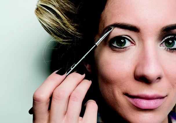 Olha a Rafa Brites cuidando das sobrancelhas em casa (Foto: Arquivo Glamour)