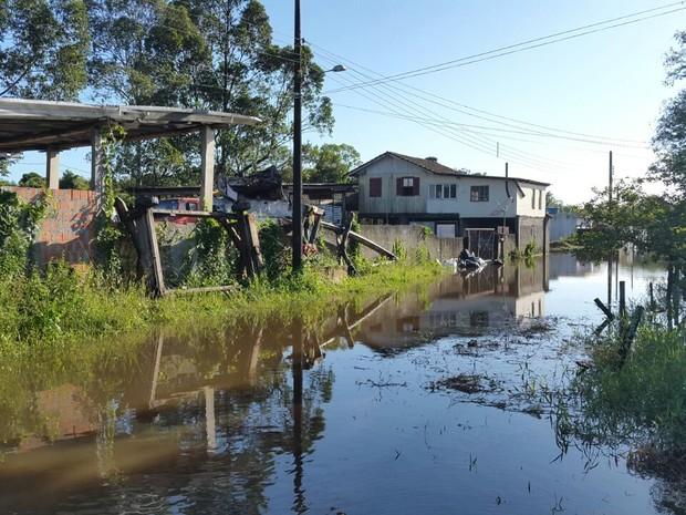 Rua em Porto Belo continuava alagada na manhã deste sábado (Foto: Luiz Souza/RBS TV)