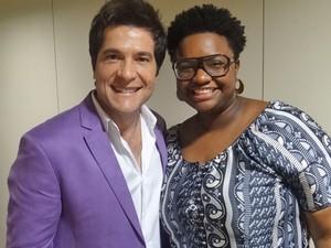 Nos bastidores, Daniel posa com Ellen Oléria (Foto: Mais Você / TV Globo)