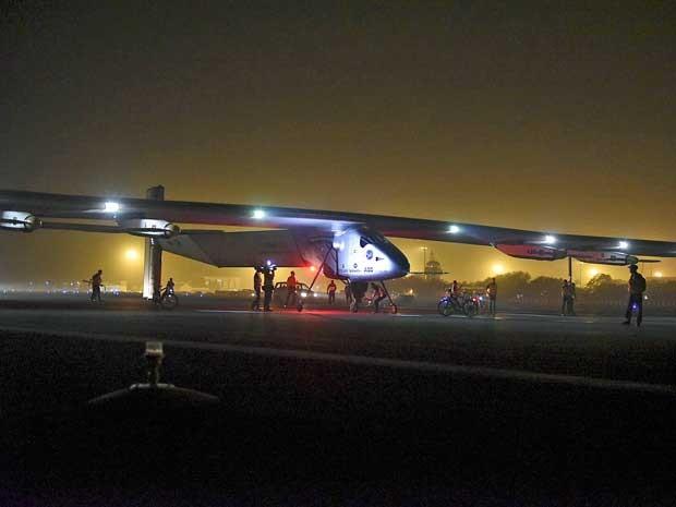 O Solar Impulse 2 pousa na Índia. (Foto: Solar Impulse/Jean Revillard/Via AP Photo)