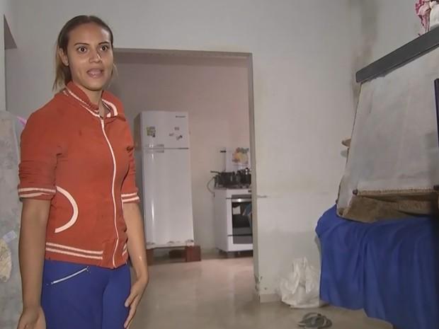Moradora teve que erguer os móveis e eletrodomésticos (Foto: Reprodução/ TV TEM)