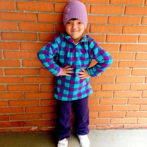 Agasalhada, Rafa Justus sorri antes de ir para a escola (Foto: Instagram)