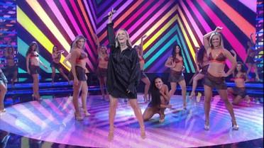 Claudia Leitte canta 'Extravasa'
