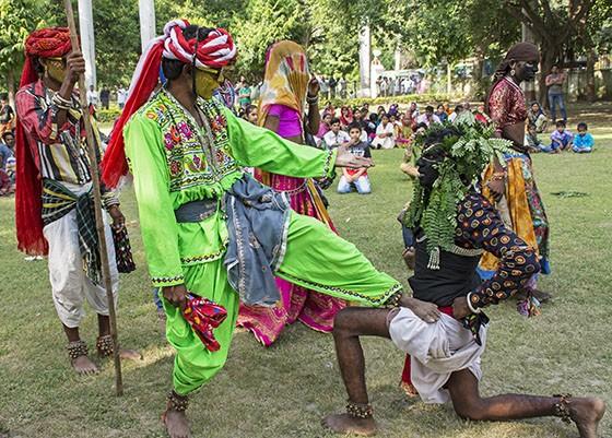 O líder da caravana Baldia, vestido de verde, luta contra um bandido Sansi de face pintada de preto (Foto: © Haroldo Castro/Época)