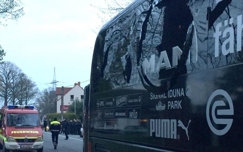O ônibus do Borussia Dortmund danificado após explosão na terça-feira (11), quando o time estava a caminho do estádio para jogo contra o Moncao (Foto: Carsten Linhoff/dpa/AFP)