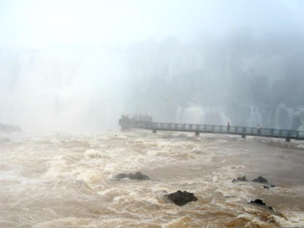 Passarela de acesso à Garganta do Diabo voltaram a ser liberadas na manhã desta terça-feira (1º) (Foto: Cataratas do Iguaçu S.A. / Divulgação)