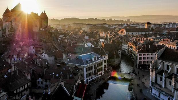 Imagem terceira colocada no concurso de fotos tiradas por drones, promovida pelo site 'Dronestagram', mostra casas da comuna francesa de Annecy. (Foto: Divulgação/Dronestagram)