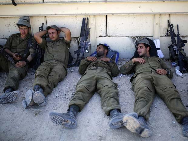 Soldados israelenses descansam perto da fronteira com a Faixa de Gaza nesta quartafeira (6) (Foto: REUTERS/Amir Cohen)