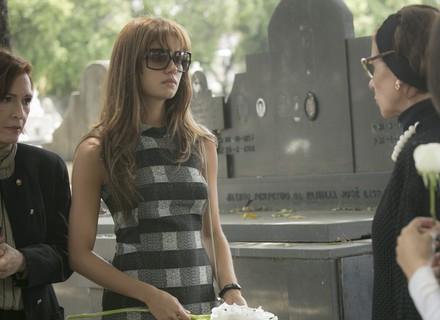 Vera é ríspida com Alice no enterro de Renato