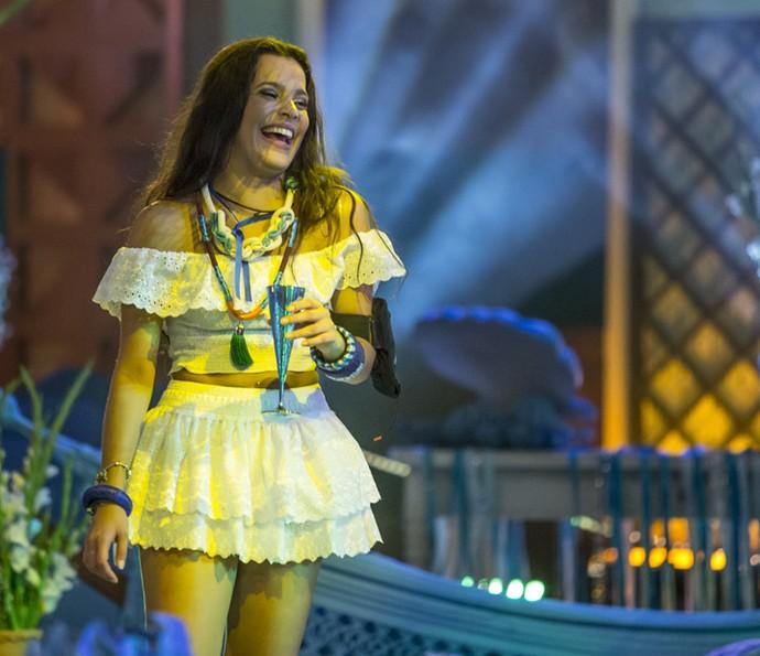 Emilly dá risada com taça na mão (Foto: Artur Meninea/Gshow)