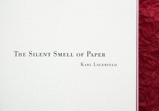 Karl Lagerfeld assina o conceito da embalagem e o texto do livro-perfume (Foto: Divulgação)