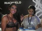 Priscila Pires curte carnaval de Salvador de sutiã à mostra