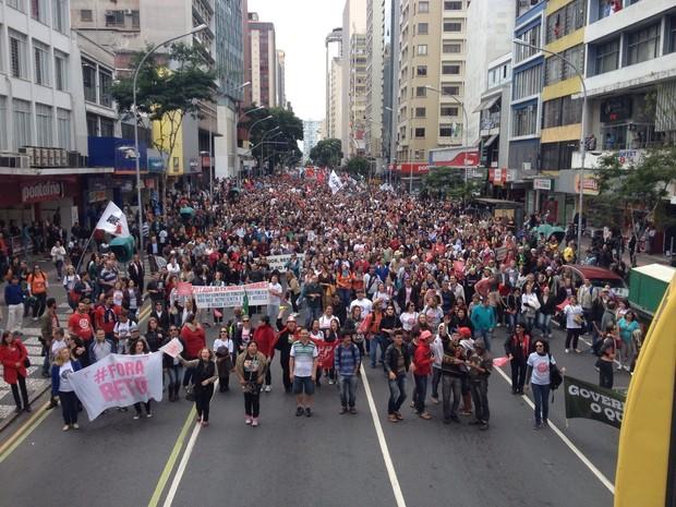 Professores fazem passeata em Curitiba  (Foto: Andressa Almeida / RPC )