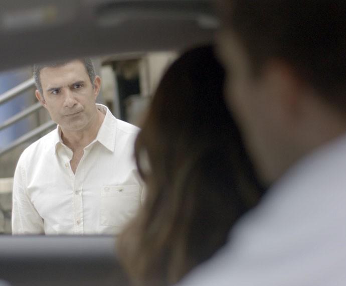 Carlos Aberto flagra Regina com o ex e se irrita (Foto: TV Globo)