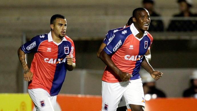 Adailton gol Paraná (Foto: Daniel Castellano / Ag. Estado)