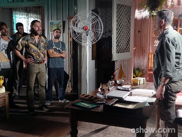 Edu Dente de Ouro invade a casa de Kléber (Foto: Além do Horizonte/TV Globo)