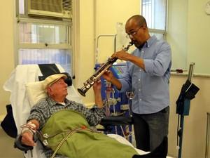 Músico Hilquias Alves toca para pacientes no HC da Unicamp (Foto: Luciano Calafiori/G1 Campinas)
