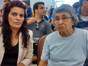 Esposa e mãe do despachante aguardando o julgamento (Foto: Jucilene Magalhães/ G1)