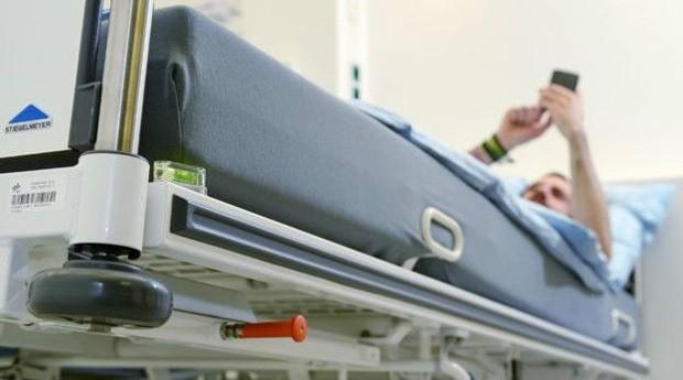 Voluntários ficam em cama inclinada e têm acesso a TV, celular e laptop - mas não podem se levantar (Foto:  DLR)