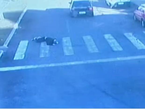Cameras de segurança da prefeitura flagraram momento do atropelamento (Foto: Reprodução/RBS TV)