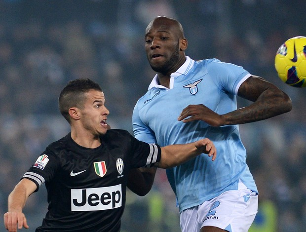 Sebastian Giovinco do Juventus e Michael Ciani do Lazio (Foto: AFP)