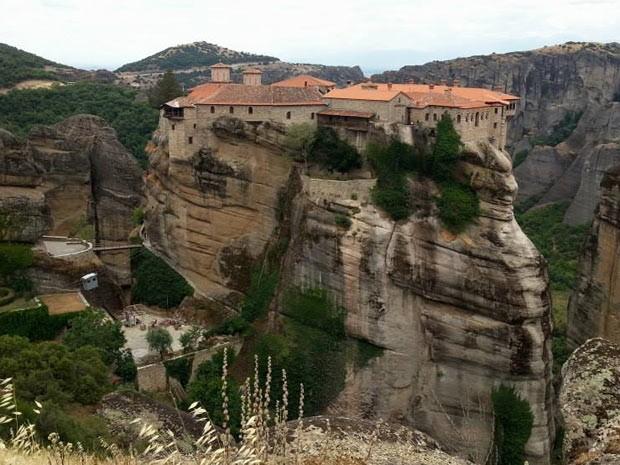 Mosteiro localizado em pilar de rocha no complexo de Metéora, na Grécia (Foto: Virna Lize Mitrogiannis/VC no G1)