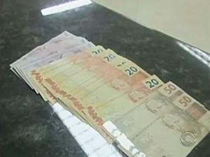 Cliente foi reembolsada e dinheiro deve voltar ao caixa eletrônico (Foto: Reprodução RBS TV)