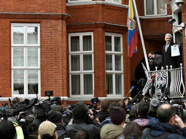 Jornalistas se aglomeram nesta sexta-feira (5) para ouvir Julian Assange, fundador do WikiLeaks, em sacada da enbaixada do Equador em Londres (Foto: REUTERS/Toby Melville)