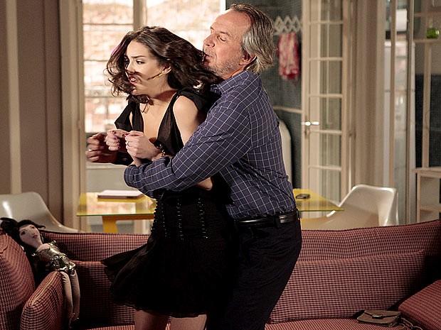Ele arrasta a própria filha para o banheiro (Foto: Cheias de Charme / TV Globo)