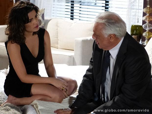 Aline faz César tirar todo o dinheiro de Paloma (Foto: Amor à Vida)