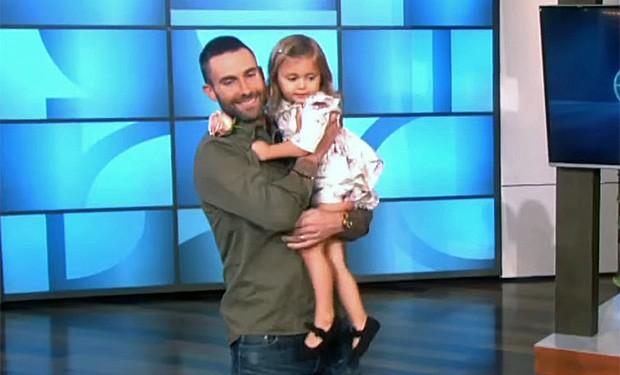 Adam Levine, vocalista do Maroon 5, encontra a pequena fã Mila, que chorou ao saber de seu casamento (Foto: Reprodução/YouTube/TheEllenShow)