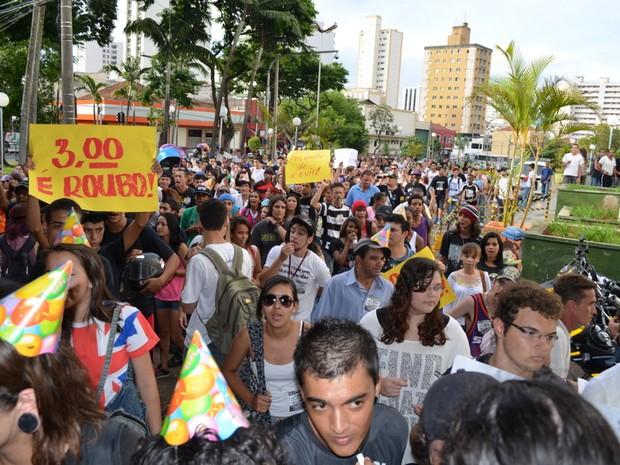 Após passeata e apitaço, movimento pulou as catracas para invadir Terminal Central de Piracicaba (Foto: Thomaz Fernandes/G1)