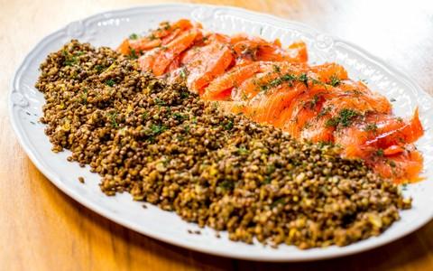 Marinado de salmão com lentilha puy