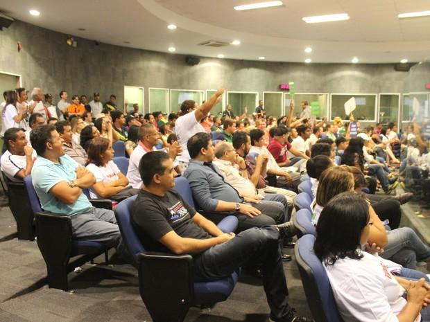Dezenas participam de sessão na Câmara em Teresina que discute vaquejadas (Foto: Catarina Costa/G1)