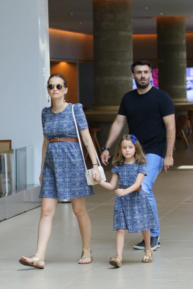 Fernanda Rodrigues e Raoni Carneiro com a filha em shopping no Rio (Foto: Fabio Moreno/Agnews)