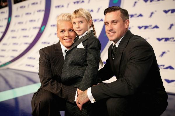 Pink, sua filha Willow e seu marido Carey Hart (Foto: Getty Images)