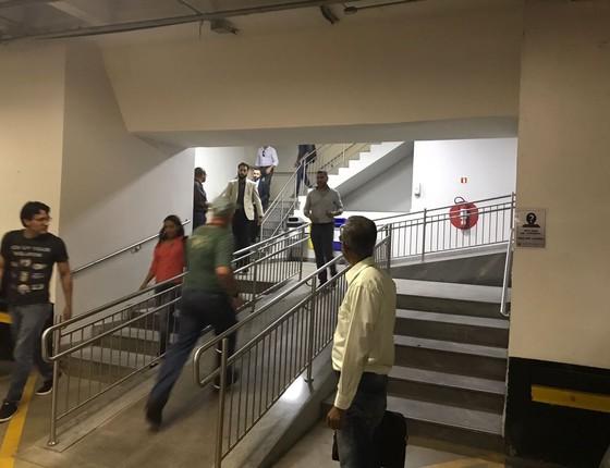 Funcionários do Ministério da Integração Nacional são impedidos de usar os elevadores durante invasão de manifestantes contrários (Foto: Reprodução)