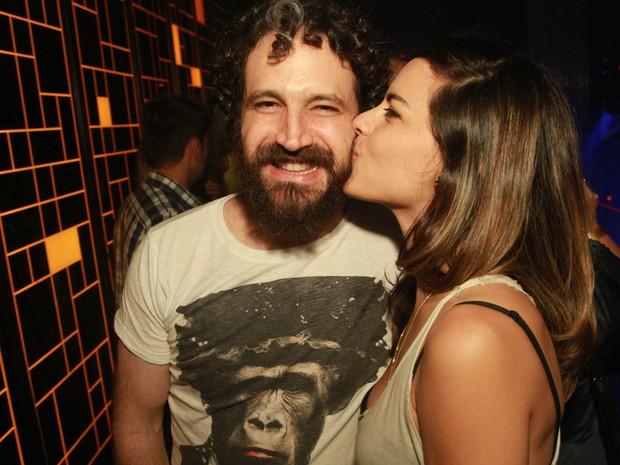 Caco Ciocler e a namorada, a atriz Luisa Micheletti, em boate na Zona Oeste do Rio (Foto: Marco Macedo/ Divulgação)