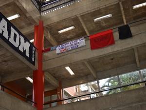 O prédio foi desocupado após reunião com a vice-reitora (Foto: Mariana Carvalho/ G1 ES)