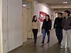 Amigos se emocionam ao voltar para universidade após morte de amiga